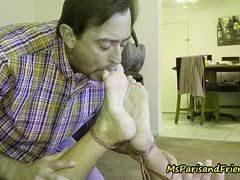 Perverser Fussfetischist fesselt Hausfrau um ihre Zehen zu lecken