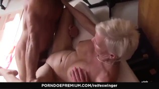 REIFE SWINGER - Slutty German MILFs share hard cock in trio